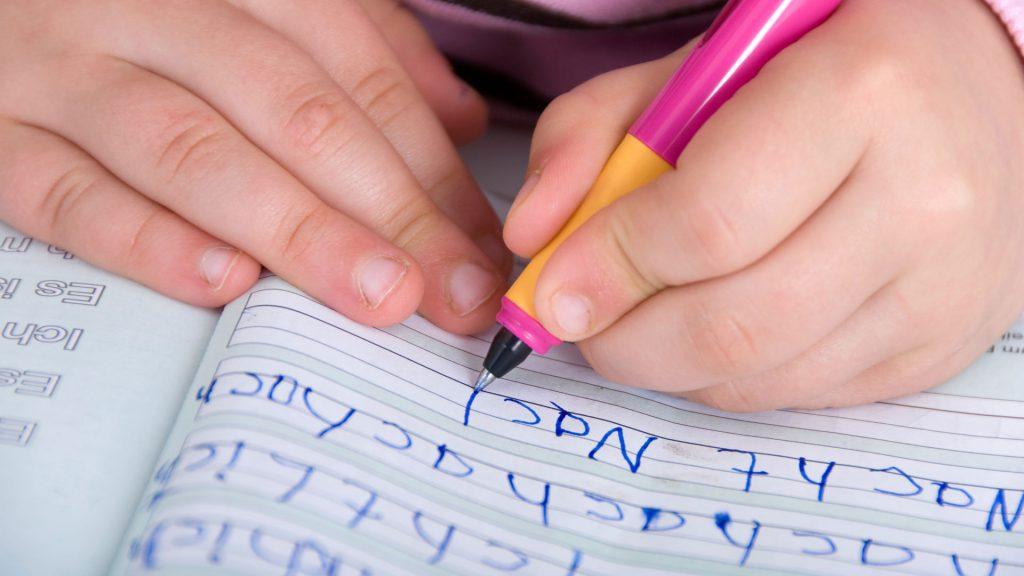 Schreiben lernen: Wie übt man am besten fürs Diktat?